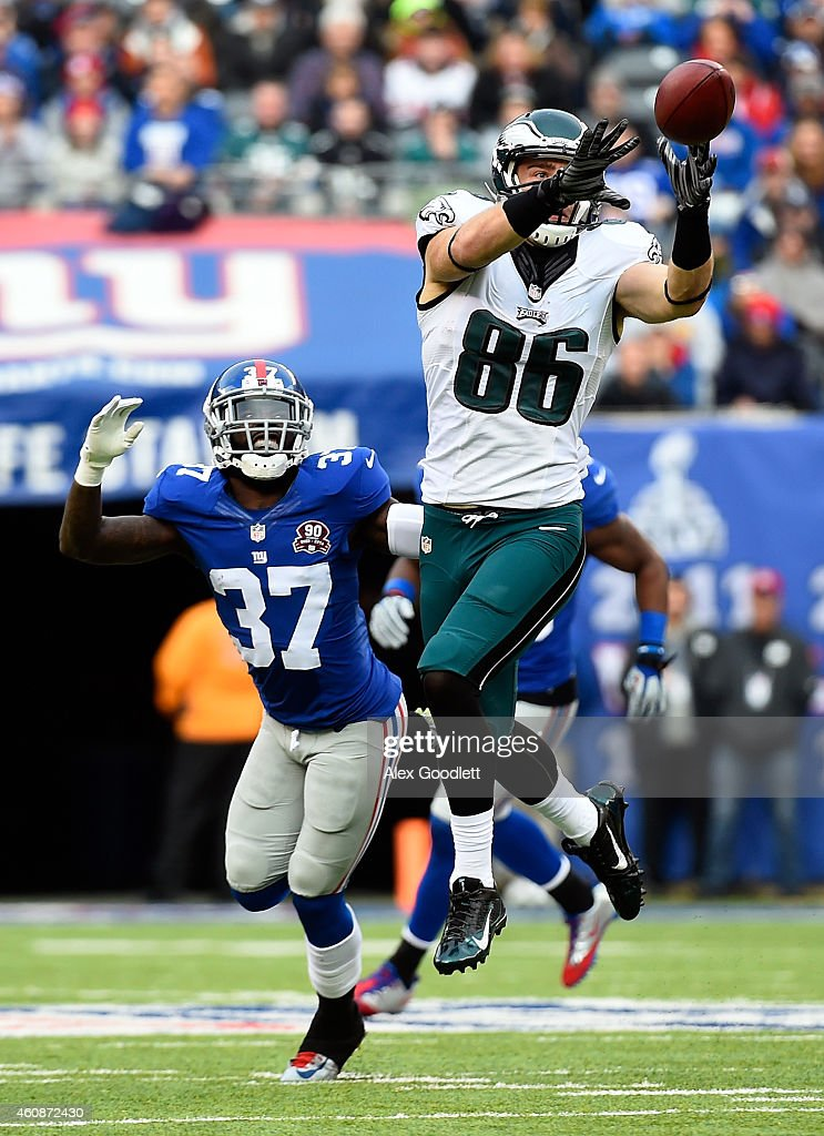 Zach Ertz #86 of the Philadelphia Eagles makes a catch as Mike Harris #37 of the New York Giants defends during a game at MetLife Stadium on December 28, 2014 in East Rutherford, New Jersey.