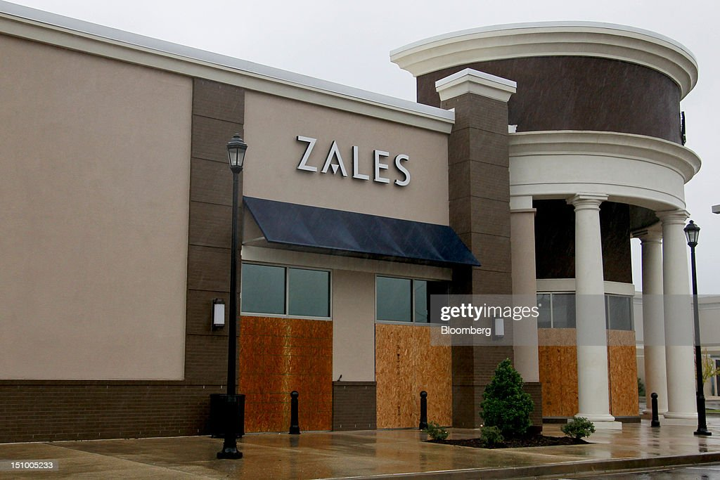 A Zales jewelry store remains closed at the Hammond Square Mall as power was out in much of south east Louisiana due to Hurricane Isaac in Hammond, Louisiana, U.S., on Thursday, Aug. 30, 2012. Heavy rain and flooding spread inland from Tropical Storm Isaac as rising water forced evacuations in coastal areas of southeast Louisiana. Photographer: Derick E. Hingle/Bloomberg via Getty Images