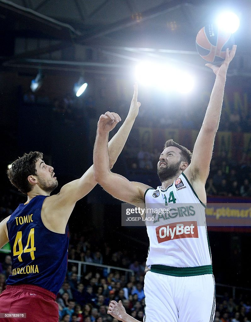 Zalgiris Kaunas' Greek center Ian Vougioukas (R) vies with Barcelona's Croatian center Ante Tomic during the Euroleague group F Top 16 round 7 basketball match FC Barcelona Lassa vs Zalgiris Kaunas at the Palau Blaugrana arena in Barcelona on February 12, 2016. / AFP / JOSEP LAGO