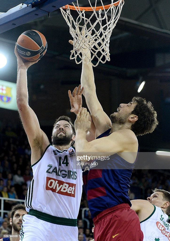 Zalgiris Kaunas' Greek center Ian Vougioukas (L) vies with Barcelona's Croatian center Ante Tomic during the Euroleague group F Top 16 round 7 basketball match FC Barcelona Lassa vs Zalgiris Kaunas at the Palau Blaugrana arena in Barcelona on February 12, 2016. / AFP / JOSEP LAGO