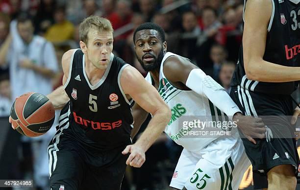 Zalgiris Kaunas' Justin Dentmon and Bamberg's John Goldsberry vie during the Euroleague group B basketball match Brose Baskets Bamberg vs Zalgiris...