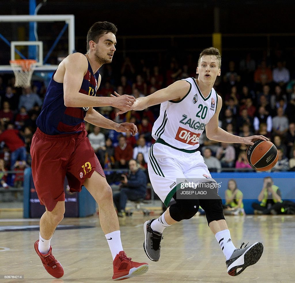 Zalgiris Kaunas' Latvian guard Kaspars Vecvagars (R) vies with Barcelona's Czech guard Tomas Satoransky during the Euroleague group F Top 16 round 7 basketball match FC Barcelona Lassa vs Zalgiris Kaunas at the Palau Blaugrana arena in Barcelona on February 12, 2016. / AFP / JOSEP LAGO