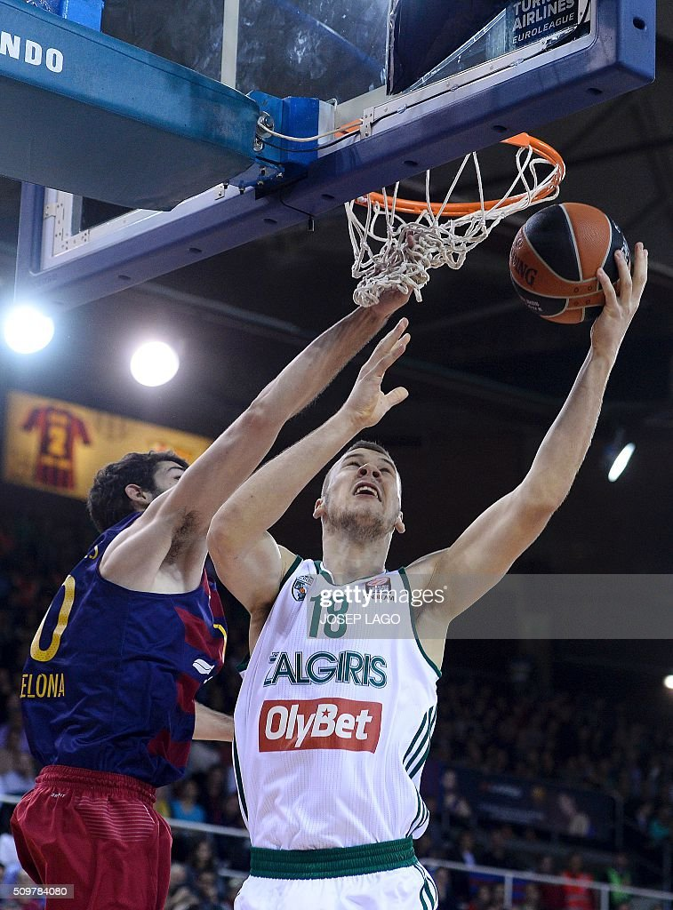 Zalgiris Kaunas' Lithuanian center Martynas Sajus (R) vies with Barcelona's forward Alex Abrines during the Euroleague group F Top 16 round 7 basketball match FC Barcelona Lassa vs Zalgiris Kaunas at the Palau Blaugrana arena in Barcelona on February 12, 2016. / AFP / JOSEP LAGO