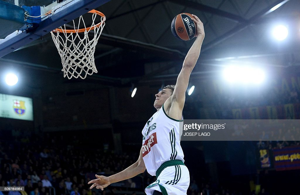Zalgiris Kaunas' Lithuanian forward Edgaras Ulanovas jumps to score during the Euroleague group F Top 16 round 7 basketball match FC Barcelona Lassa vs Zalgiris Kaunas at the Palau Blaugrana arena in Barcelona on February 12, 2016. / AFP / JOSEP LAGO