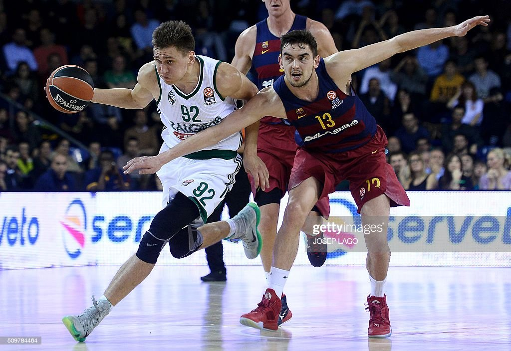 Zalgiris Kaunas' Lithuanian forward Edgaras Ulanovas (L) vies with Barcelona's Czech guard Tomas Satoransky during the Euroleague group F Top 16 round 7 basketball match FC Barcelona Lassa vs Zalgiris Kaunas at the Palau Blaugrana arena in Barcelona on February 12, 2016. / AFP / JOSEP LAGO
