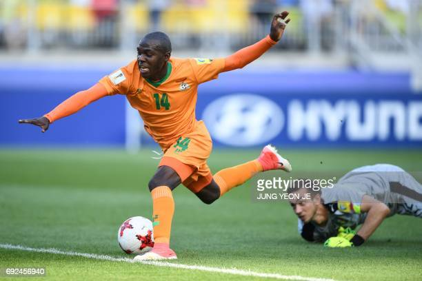 CORRECTION Zambia's forward Edward Chilufya attempts to score a goal past Italy's goalkeeper Andrea Zaccagno during the U20 World Cup quarterfinal...