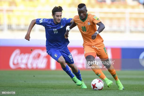 Zambia's forward Fashion Sakala and Italy's midfielder Francesco Cassata compete for the ball during the U20 World Cup quarterfinal football match...