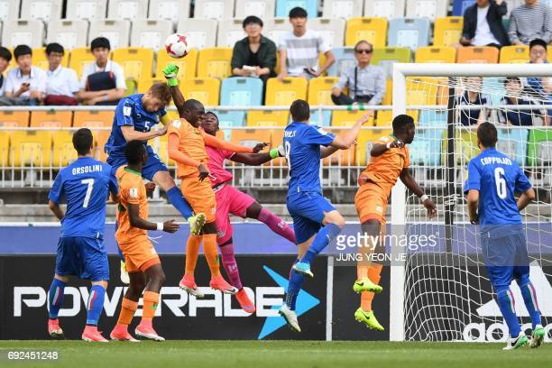 Zambia's goalkeeper Mangani Banda makes a save during the U20 World Cup quarterfinal football match between Italy and Zambia in Suwon on June 5 2017...