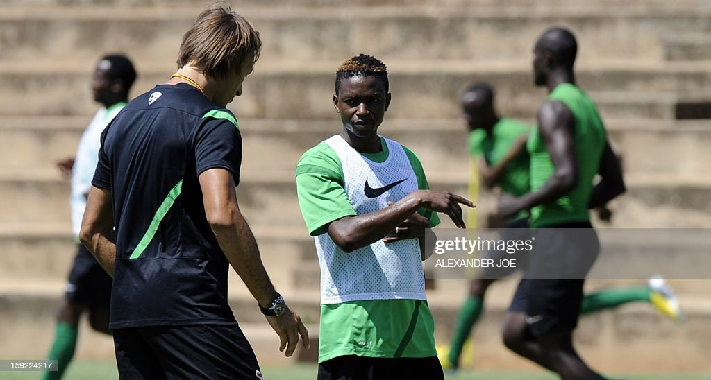 Zambia's player Rainford Kalaba (C) talks with Zambia's coach Hervé Renard during a training session in Johannesburg on January 10, 2013 as part of the preparation for the football Africa Cup of Nations (CAF) 2013. Zambia, the defending African Champions, will participate in the CAF 2013 that will take place in South Africa from January 19 to February 10. AFP PHOTO / ALEXANDER JOE