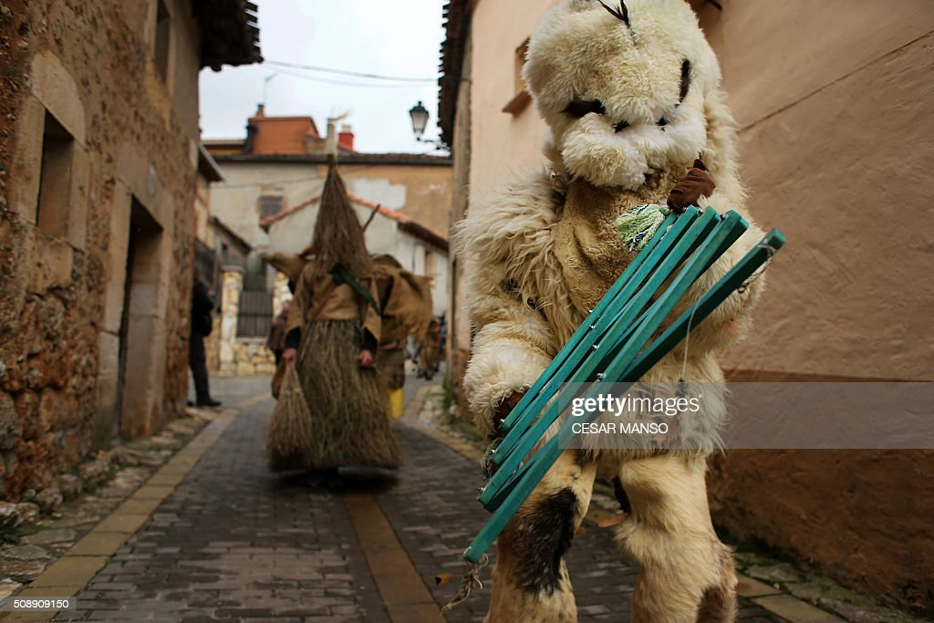 'Zarramacos' walk the street during the celebration of 'El Gallo de Carnaval' (The Carnival's Cock) in Mecerreyes, in the northern Spanish province of Burgos, on February 7, 2016. The Gallo Carnival is a pagan festival in which people participate singing, dancing and attacking the 'Gallo' that is defended by Zarramacos. AFP PHOTO / CESAR MANSO / AFP / CESAR MANSO