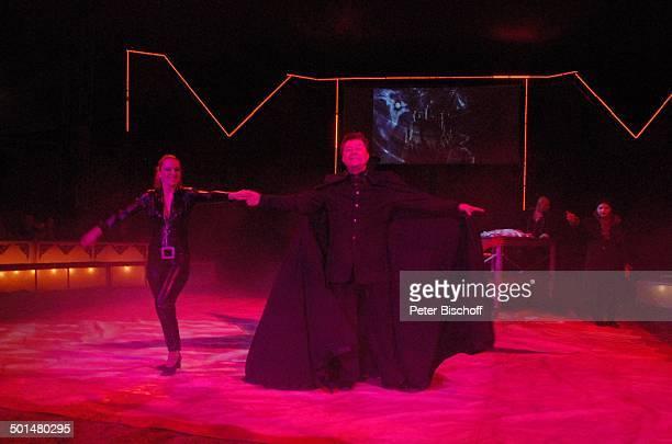 Zauberer mit Assistentin Show 'Circus Belly' 'Stars of Cinema' Bremen Deutschland Europa Auftritt Manege Circuszelt Zelt Kostüm Artist Promi AS DIG...