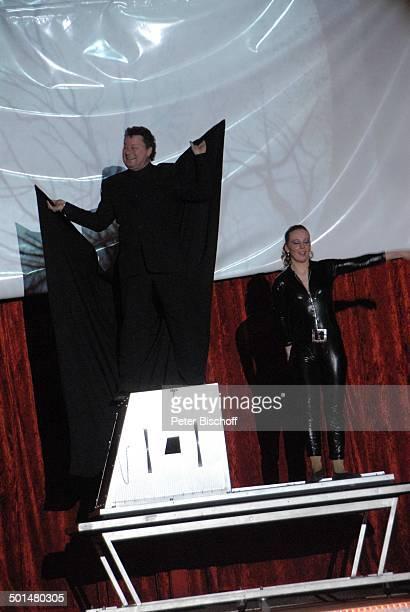Zauberer mit Assistentin Show 'Circus Belly' 'Stars of Cinema' Bremen Deutschland Europa Auftritt Manege Feuerstunt Circuszelt Zelt Kostüm Promi AS...