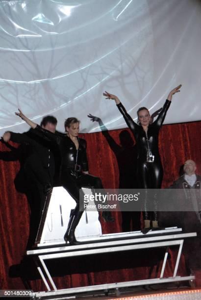 Zauberer mit zwei Assistentinnen Show 'Circus Belly' 'Stars of Cinema' Bremen Deutschland Europa Auftritt Manege Zaubertrick Circuszelt Zelt Kostüm...