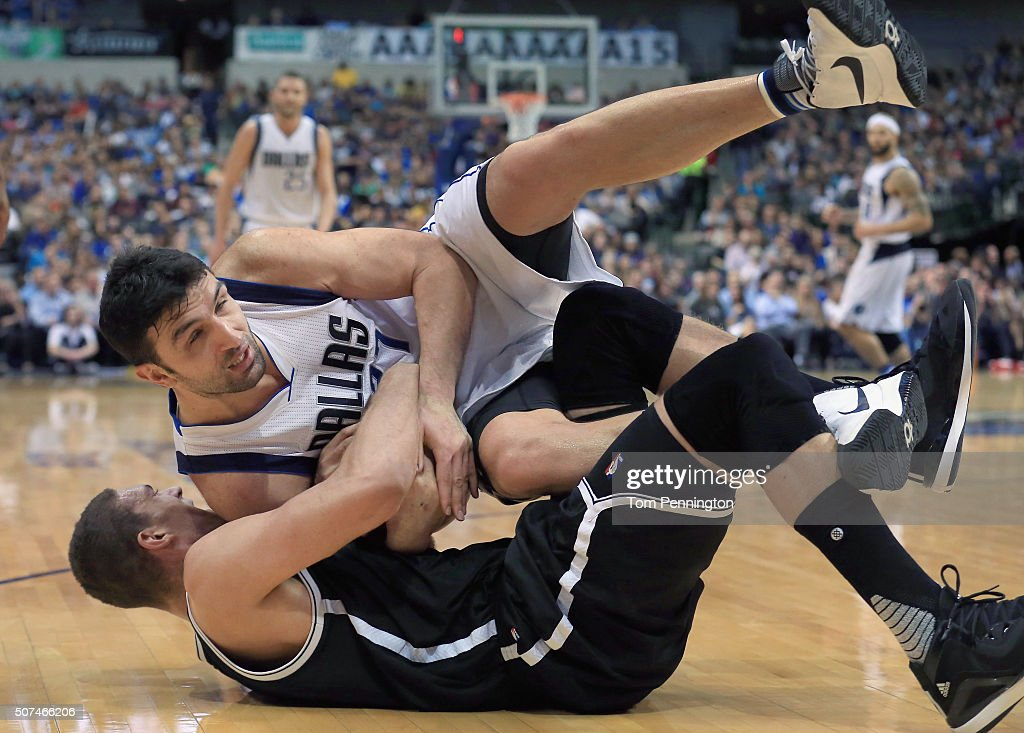 Zaza Pachulia #27 of the Dallas Mavericks scrambles for the ball against Brook Lopez #11 of the Brooklyn Nets in the second half at American Airlines Center on January 29, 2016 in Dallas, Texas.
