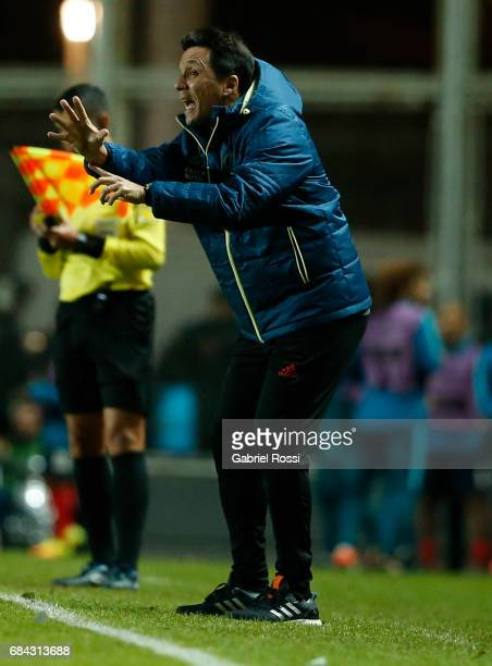 Ze Ricardo coach of Flamengo gives instructions to his players during a group stage match between San Lorenzo and Flamengo as part of Copa CONMEBOL...