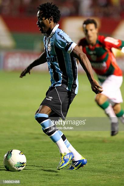 Ze Roberto of Gremio controls the ball during a match between Portuguesa and Gremio as part of the Brazilian Championship Serie A 2012 at Caninde...