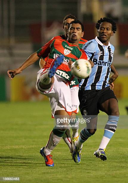Ze Roberto of Gremio fights for the ball with Rogerio of Portuguesa during a match between Portuguesa and Gremio as part of the Brazilian...