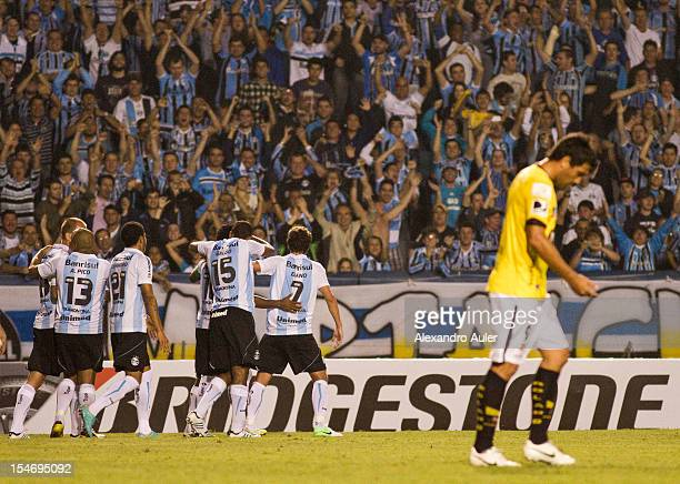 Ze Roberto of Grêmio celebrates a goal during the match between Grêmio and Barcelona as part of the eighth stage of Copa Sudamericana 2012 at...