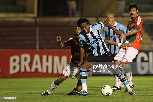 Ze robertoof Gremio controls the ball during a match between Portuguesa and Gremio as part of the Brazilian Championship Serie A 2012 at Caninde...