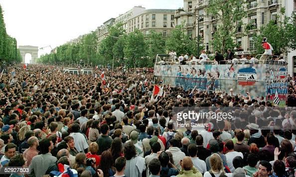 PARIS Zehntausende feierten den frischgebackenen FUSSBALL WELTMEISTER FRANKREICH in Paris