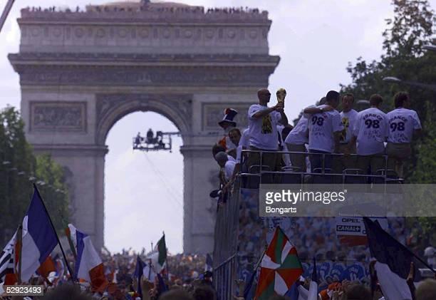 PARIS Zehntausende feierten den frischgebackenen FUSSBALL WELTMEISTER FRANKREICH vor dem LARC de TRIOMPHE