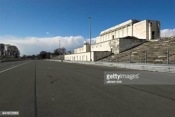 Zeppelinhaupttribüne nach Vorbild des antiken Pergamonaltars bekrönendes Hakenkreuz gesprengt am 24April 1945 als symbolischer Akt zum Ende der...