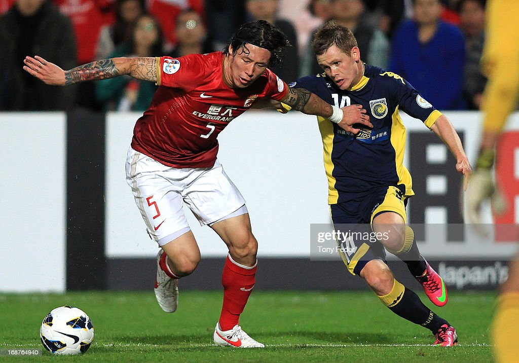 Zhang Linpeng of Evergrande and <a gi-track='captionPersonalityLinkClicked' href=/galleries/search?phrase=Michael+McGlinchey&family=editorial&specificpeople=6123776 ng-click='$event.stopPropagation()'>Michael McGlinchey</a> of the Mariners contest the ball during the AFC Asian Champions League match between the Central Coast Mariners and Guangzhou Evergrande at Bluetongue Stadium on May 15, 2013 in Gosford, Australia.