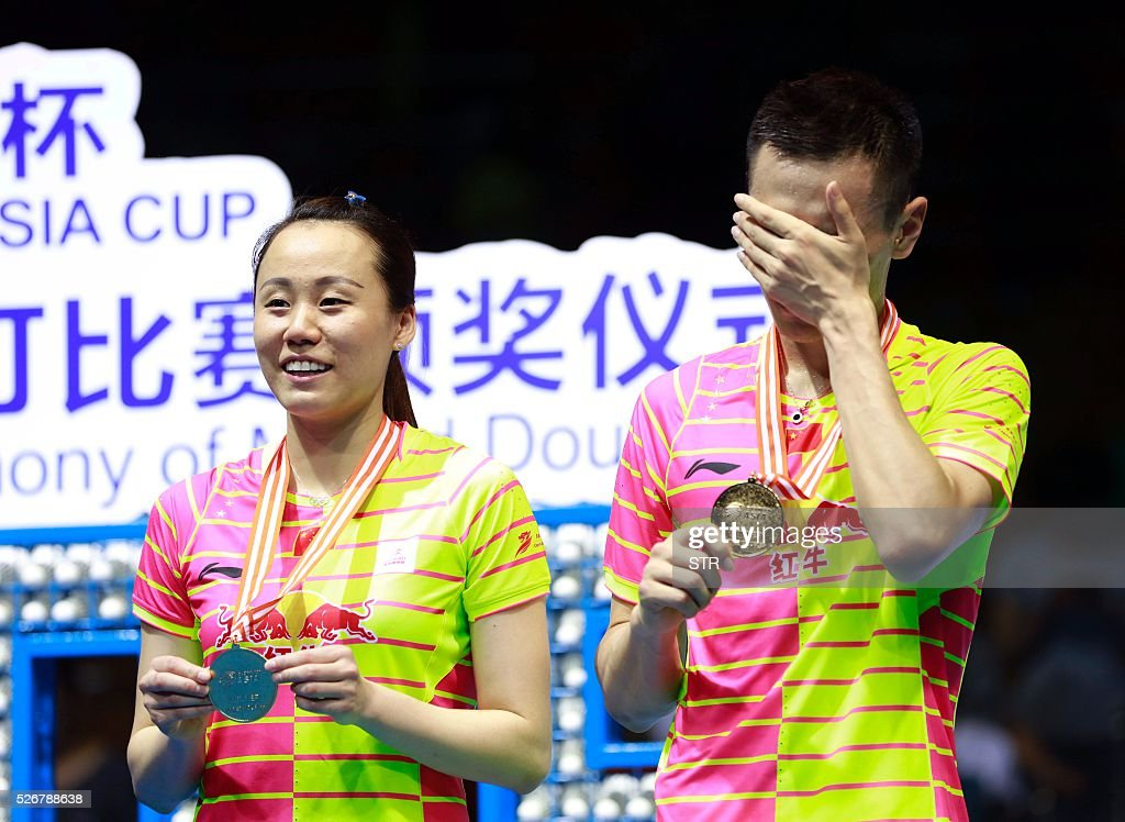Zhao Yunlei (L) and Zhang Nan of China pose with their gold medals on the podium after winning the mixed doubles final match against Tontowi Ahmad and Liliyana Natsir of India at the 2016 Badminton Asia Championships in Wuhan, central China's Hubei province on May 1, 2016. / AFP / STR / China OUT