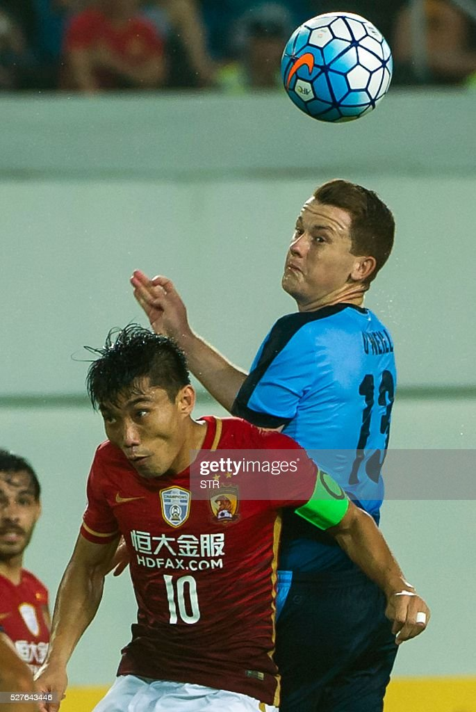 Zheng Zhi (L) of China's Guangzhou Evergrande fights for the ball with Brandon Oneill of Sydney FC during their AFC Champions League group stage football match in Guangzhou, in China's Guangdong province on May 3, 2016. / AFP / STR
