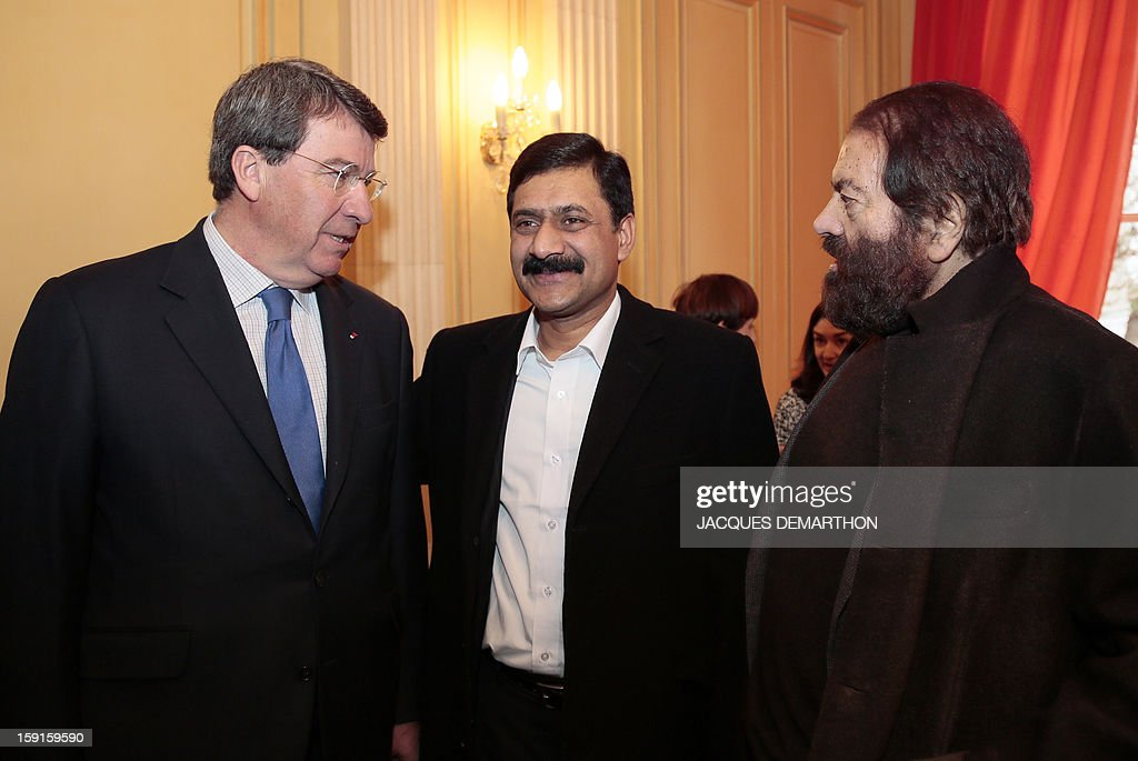 Ziauddin Yousafzai (C), the father of Malala Yousafzai, the young Pakistani schoolgirl activist who was the victim of an assasination attempt by the Taliban in 2012, speaks with former minister and member of the Academie Francaise Xavier Darcos (L) and French-Jewish novelist Marek Halter (R) during the Simone de Beauvoir awards ceremony in Paris on January 9, 2013. The 2013 Simone de Beauvoir prize for the freedom of women was handed to Malala Yousafzai, who has become a symbol of the struggle for girls' education and women's rights in Pakistan. Malala was flown to the United Kingdom with a life-threatening head wound shortly after her attack but recovered from her injuries and was temporarily discharged on January 4 as she awaits more surgery. AFP PHOTO / JACQUES DEMARTHON
