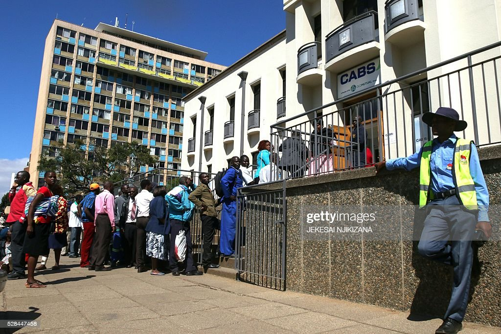 Zimbabweans queue to withdraw cash outside a bank on May 5, 2016 in Harare, Zimbabwe. Zimbabweans formed long queues outside banks on May 5 after the government slapped new limits on cash withdrawals and announced that 'bond notes' at par with the US dollar would be introduced. / AFP / JEKESAI