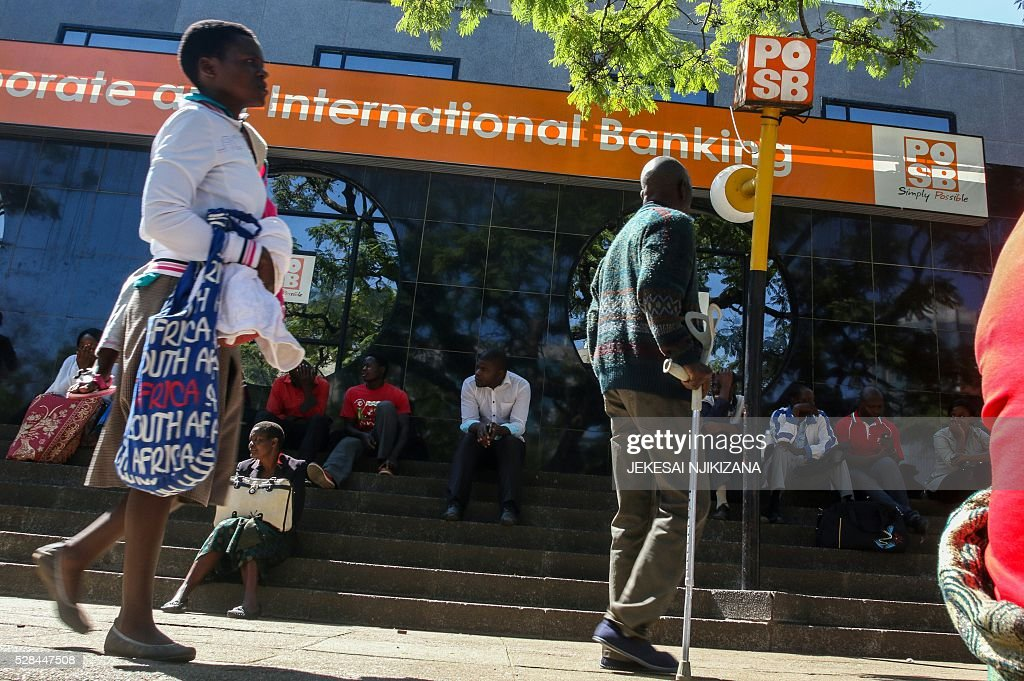 Zimbabweans queue to withdraw cash outside a bank on May 5, 2016 in Harare, Zimbabwe. Zimbabweans formed long queues outside banks Thursday after the government slapped new limits on cash withdrawals and announced that 'bond notes' at par with the US dollar would be introduced. / AFP / JEKESAI