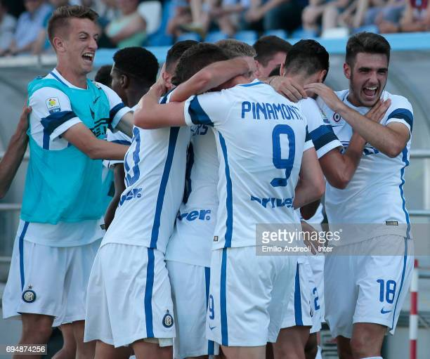 Zinco Vanheusden of FC Internazionale Milano celebrates with his teammates after scoring the opening goal during the Primavera TIM Playoffs match...
