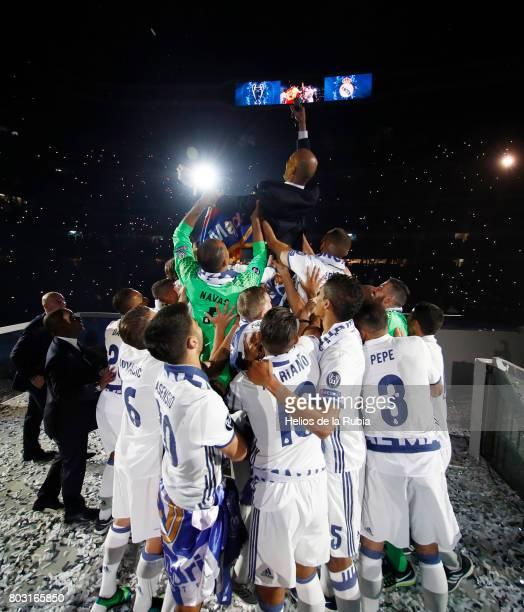 Zinedine Zidane Cristiano Ronaldo Pepe Isco Modric Keylor Navas Isco Alarcon Sergio Ramos Casemiro celebrate during the Real Madrid celebration the...