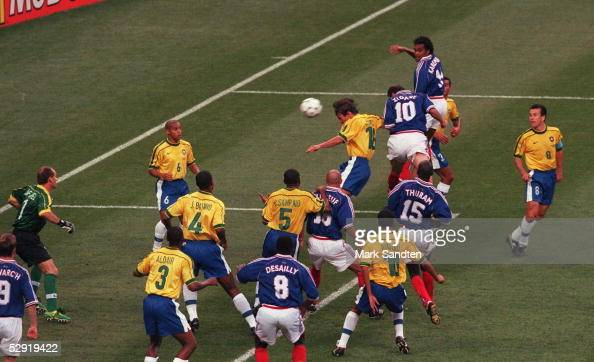 FRANCE 98 FINALE Paris BRASILIEN FRANKREICH 03 FRANKREICH FUSSBALLWELTMEISTER 1998 Zinedine ZIDANE erzielt hier das TOR zum 01 FRANKREICH...