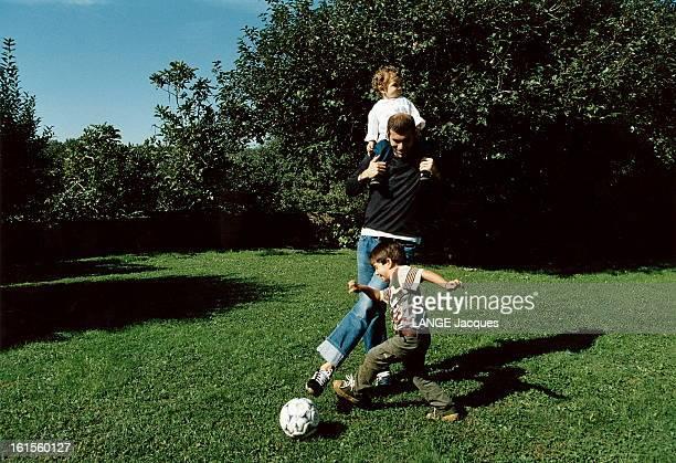 Zinedine Zidane With Family In Turin Zinedine ZIDANE jouant au foot avec son fils Enzo 4 ans dans le jardin de sa maison de TURIN son cadet Luca 16...