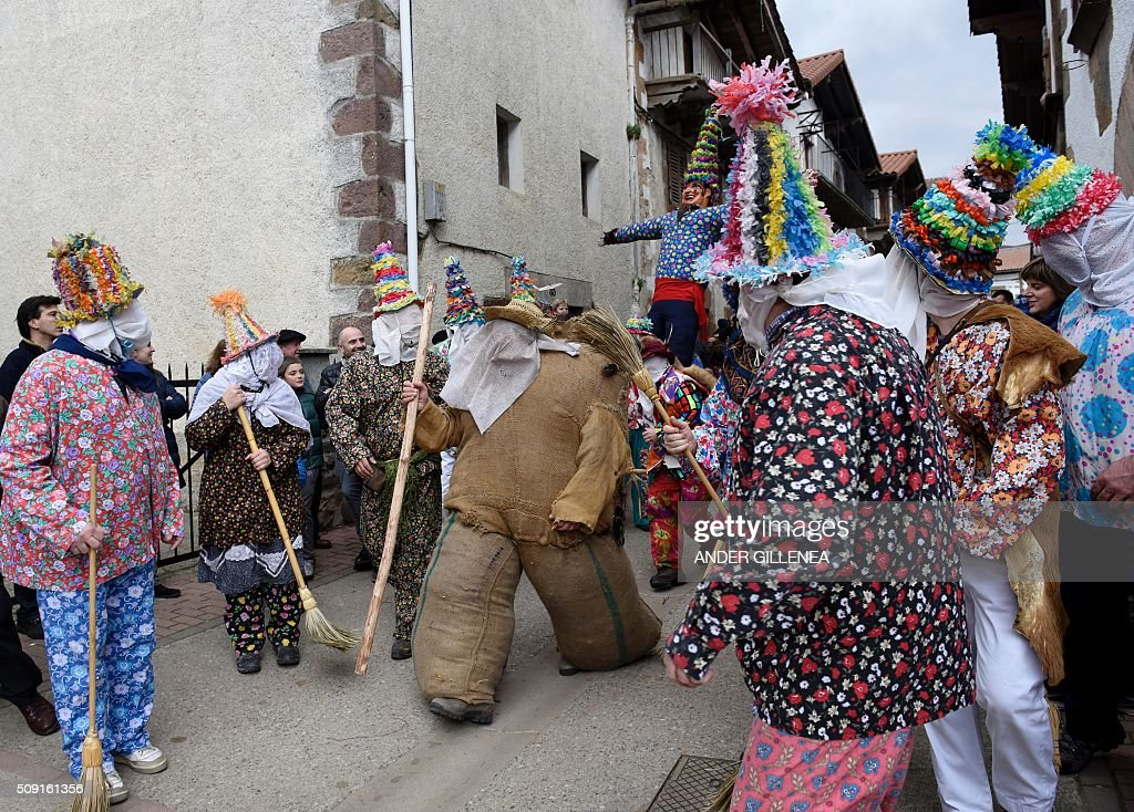 'Ziripot' (C) parades surrounded by 'Txatxoak' during the ancient carnival of Lantz, in the northern Spanish Navarre village of Lantz, on February 9, 2016. / AFP / ANDER GILLENEA