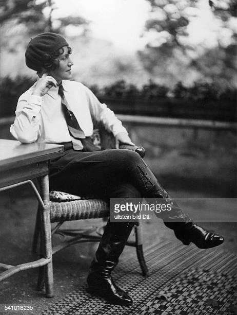 Zitla Furtwängler 1 Frau von Wilhelm Furtwängler 192331/43 auf dem Balkon ihres Berliner Hauses nach einem Ausritt erschienen Dame 16/1930 Foto Wanda...