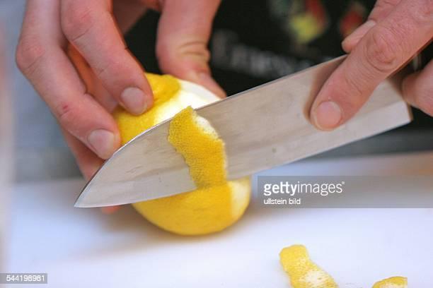 Zitrone Zitronenschale wird mit einem Messer abgeschnitten