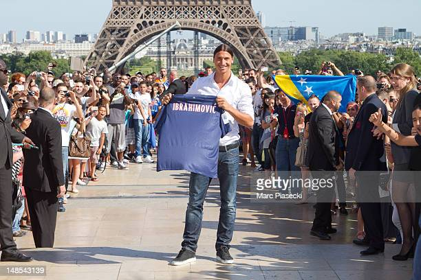 Zlatan Ibrahimovic attends a Paris SaintGermain photocall after signing for the club at Trocadero on July 18 2012 in Paris France on July 18 2012 in...