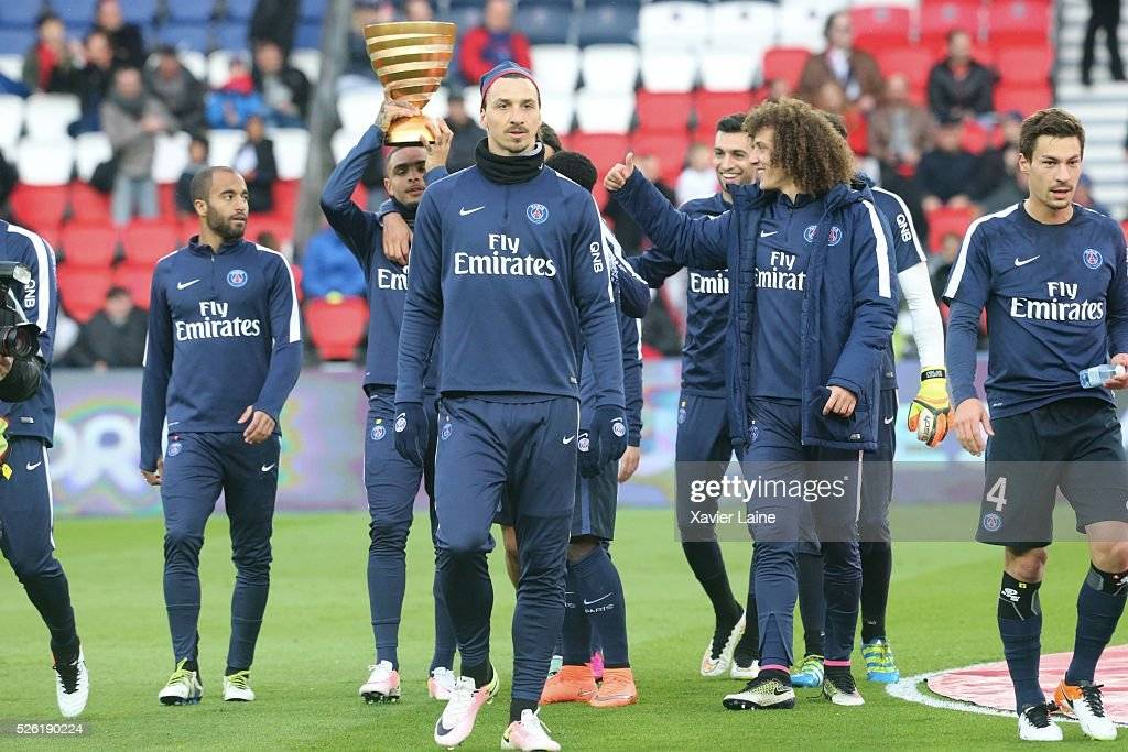 <a gi-track='captionPersonalityLinkClicked' href=/galleries/search?phrase=Zlatan+Ibrahimovic&family=editorial&specificpeople=206139 ng-click='$event.stopPropagation()'>Zlatan Ibrahimovic</a> of Paris Saint-Germain and teammates celebrate the ligue cup trophy with fan during the French Ligue 1 match between Paris Saint-Germain and Stade Rennais at Parc des Princes on April 29, 2016 in Paris, France.