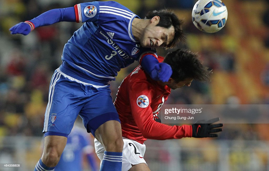 Zlatan Ljubijankic of Urawa Red Diamonds compete for the ball with Yang SangMin of Suwon Samsung FC during the AFC Champions League Group G match...
