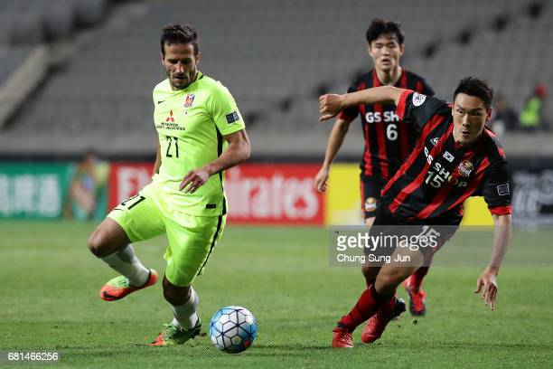 Zlatan Ljubijankic of Urawa Red Diamonds competes for the ball with Kim Won Sik of FC Seoul during the AFC Asian Champions League Group F match...
