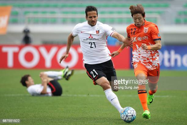 Zlatan Ljubijankic of Urawa Red Diamonds competes for the ball with Ahn HyunBeom of Jeju United FC during the AFC Champions League Round of 16 match...