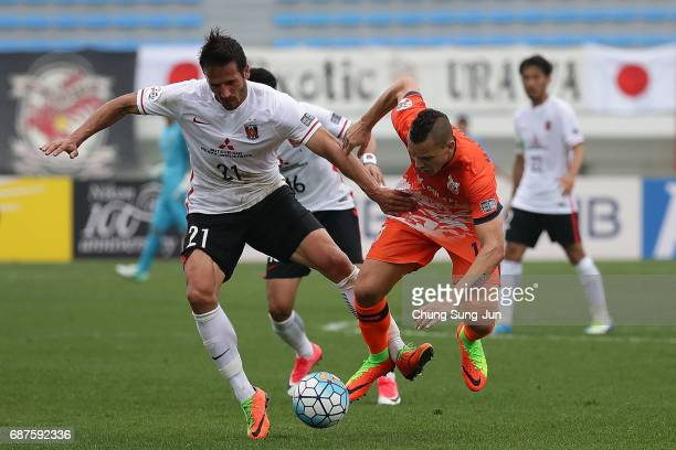 Zlatan Ljubijankic of Urawa Red Diamonds competes for the ball with Marcelo Toscano of Jeju United FC during the AFC Champions League Round of 16...
