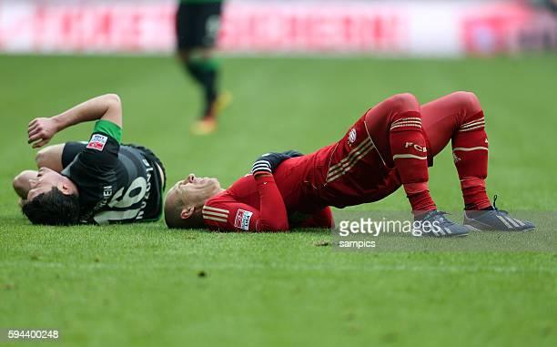 Zlatko Junuzovic SV Werder Bremen und Arjen ROBBEN FC Bayern München liegen verletzt am Boden nach Zusammenstoss 1 Bundesliga Fussball FC Bayern...