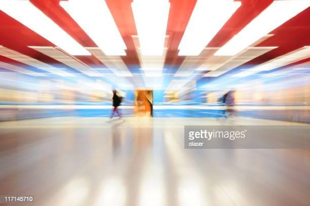 Zoom flou lumineux coloré de métro vu de côté