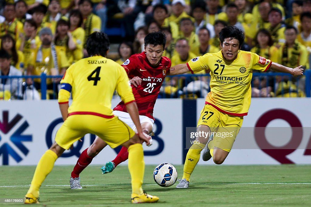 Zou Zheng #25 of Guangzhou Evergrande and <a gi-track='captionPersonalityLinkClicked' href=/galleries/search?phrase=Kim+Chang-Soo&family=editorial&specificpeople=4023758 ng-click='$event.stopPropagation()'>Kim Chang-Soo</a> #27 of Kashiwa Reysol compete for the ball during the AFC Champions League quarter-final football match between Kashiwa Reysol and Guangzhou Evergrande at Hitachi Kashiwa Soccer Stadium on August 25, 2015 in Kashiwa, Japan.