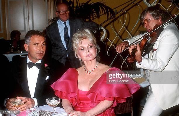 Zsa Zsa Gabor Ehemann Prinz Frederic von Anhalt dahinter Musiker Musikgruppe 'Ambros SeelosBand' Wahl zur 'Miss Germany 1986' Hotel 'Bayerischer Hof'...