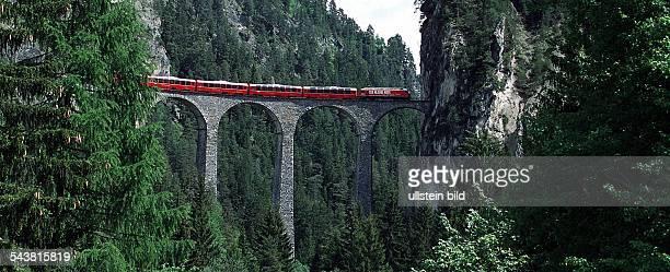 Zugreise mit der Rhätischen Bahn Der BerninaExpress rollt auf der Fahrt von Chur nach Tirano über den 80 Meter hohen LandwasserViadukt Brücke Zug